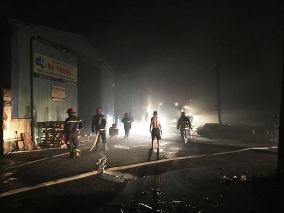 Cháy lớn kho hàng chứa dầu nhớt ở quận 12, nhiều người hoảng sợ ảnh 3