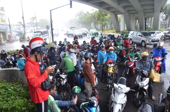 Cơn mưa 'giải nhiệt' ở TPHCM khiến nhiều người té ngã trên đường ảnh 2