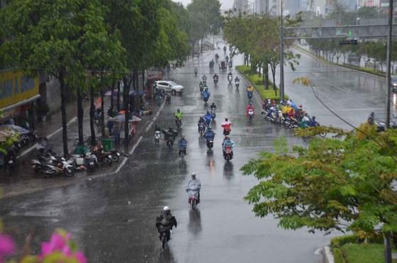 Cơn mưa 'giải nhiệt' ở TPHCM khiến nhiều người té ngã trên đường ảnh 3