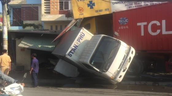 Xe container tông sập vào 2 nhà dân, nhiều người thoát chết ảnh 1