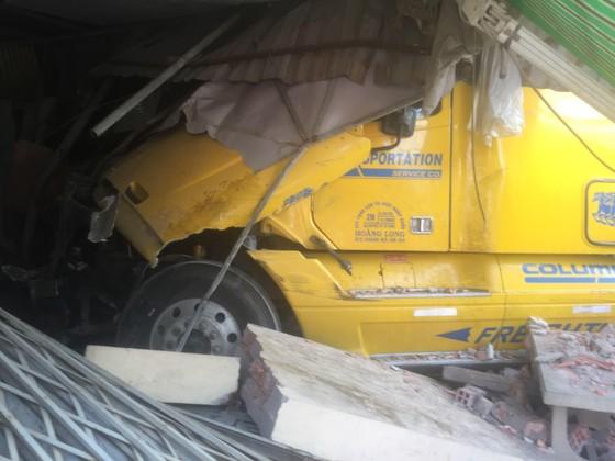 Xe container tông sập vào 2 nhà dân, nhiều người thoát chết ảnh 2