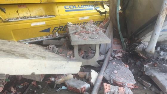 Xe container tông sập vào 2 nhà dân, nhiều người thoát chết ảnh 3
