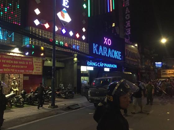 """Sau khám xét nhà riêng và nhà cha mẹ, tiếp tục khám xét quán karaoke của Phúc """"XO"""" ảnh 4"""