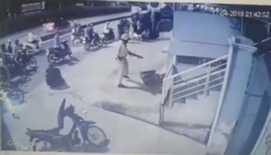 Thông tin bất ngờ vụ clip CSGT chĩa súng, đánh 2 người sau va chạm giao thông ảnh 1