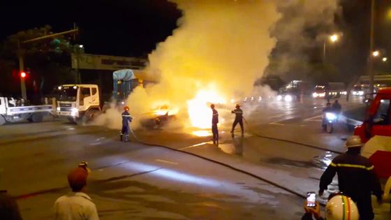 Xe ô tô bốc cháy trên Quốc lộ 1, tài xế cùng hành khách thoát chết ảnh 2