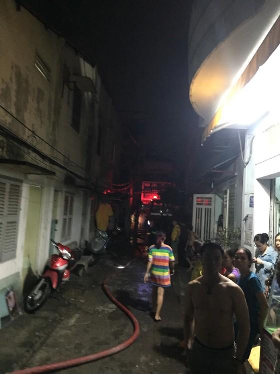 Cháy nhà ở quận Tân Bình, nhiều người dân hoảng sợ ảnh 1