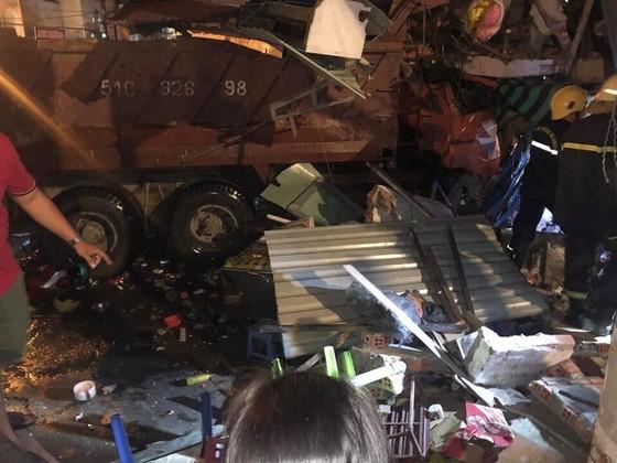 Xe ben lao vào nhà dân trong đêm, ít nhất 2 người bị thương nặng ảnh 1