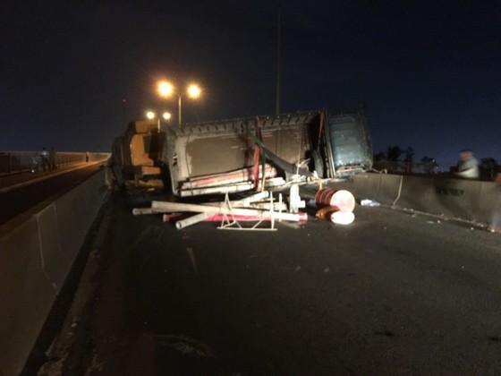 Xe tải lật trên cầu Phú Mỹ, giao thông tê liệt nhiều giờ liền ảnh 1