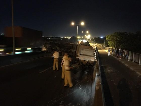 Xe tải lật trên cầu Phú Mỹ, giao thông tê liệt nhiều giờ liền ảnh 4