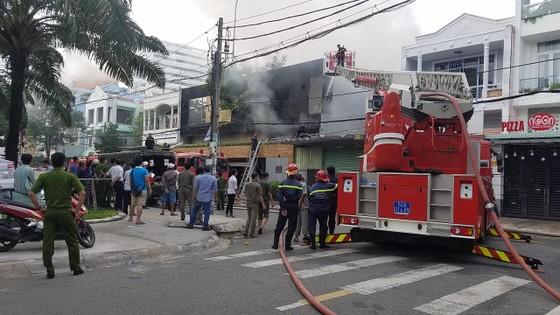 Cháy lớn tại công ty chuyên trang trí ô tô, nhiều nhà dân bị ảnh hưởng ảnh 5