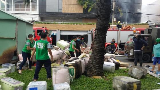 Cháy lớn tại công ty chuyên trang trí ô tô, nhiều nhà dân bị ảnh hưởng ảnh 7