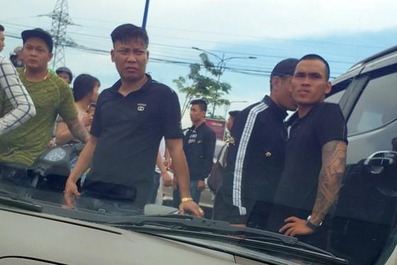 Vụ giang hồ vây chặn xe công an ở Đồng Nai: Khởi tố 3 bị can ảnh 1