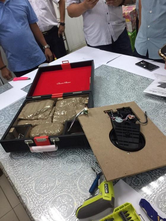 Bắt giữ hơn 14kg ma túy núp bóng quà biếu, quà tặng gửi qua đường chuyển phát nhanh ảnh 2