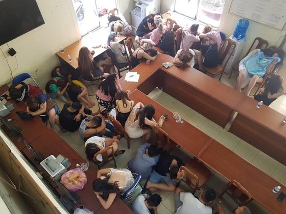 Đột kích quán bar ở trung tâm, phát hiện hơn 200 'dân chơi' sử dụng ma túy ảnh 1