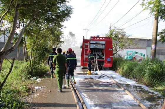 Cháy lớn ở nhà xưởng chứa nệm mút ở huyện Hóc Môn ảnh 1