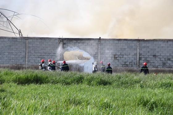 Cháy lớn ở nhà xưởng chứa nệm mút ở huyện Hóc Môn ảnh 2