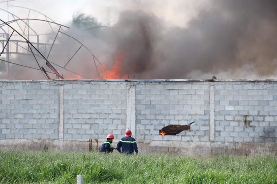 Cháy lớn ở nhà xưởng chứa nệm mút ở huyện Hóc Môn ảnh 3