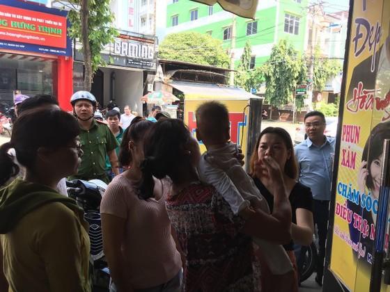 Giải cứu người phụ nữ cùng bé trai 8 tháng tuổi mắc kẹt trong thang máy ở TPHCM ảnh 10