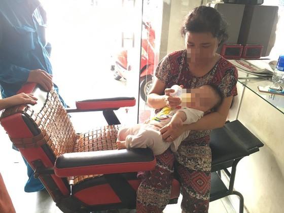 Giải cứu người phụ nữ cùng bé trai 8 tháng tuổi mắc kẹt trong thang máy ở TPHCM ảnh 11
