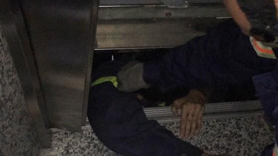 Giải cứu người phụ nữ cùng bé trai 8 tháng tuổi mắc kẹt trong thang máy ở TPHCM ảnh 2