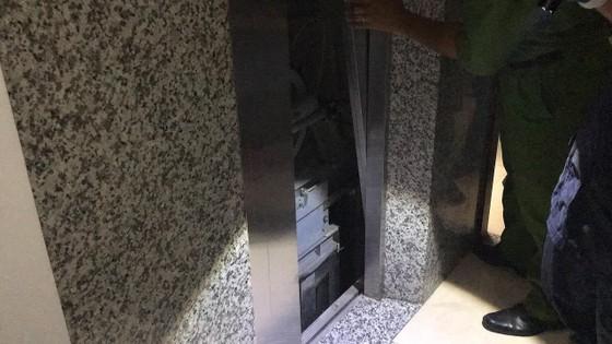 Giải cứu người phụ nữ cùng bé trai 8 tháng tuổi mắc kẹt trong thang máy ở TPHCM ảnh 4