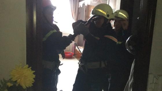Giải cứu người phụ nữ cùng bé trai 8 tháng tuổi mắc kẹt trong thang máy ở TPHCM ảnh 5