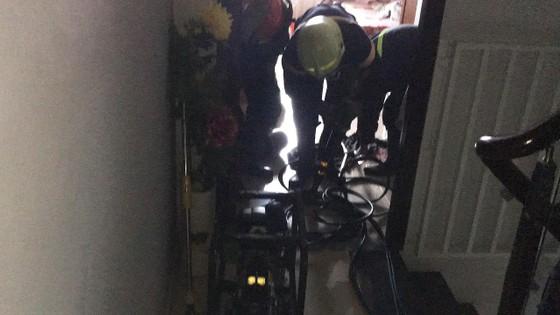 Giải cứu người phụ nữ cùng bé trai 8 tháng tuổi mắc kẹt trong thang máy ở TPHCM ảnh 6