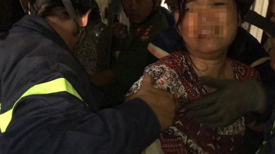 Giải cứu người phụ nữ cùng bé trai 8 tháng tuổi mắc kẹt trong thang máy ở TPHCM ảnh 7