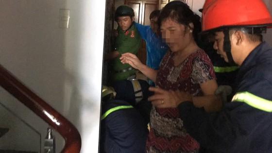 Giải cứu người phụ nữ cùng bé trai 8 tháng tuổi mắc kẹt trong thang máy ở TPHCM ảnh 8