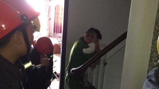 Giải cứu người phụ nữ cùng bé trai 8 tháng tuổi mắc kẹt trong thang máy ở TPHCM ảnh 9