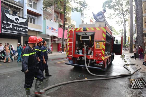 Giải cứu người phụ nữ mang thai mắc kẹt trong căn nhà bốc cháy dữ dội ảnh 10