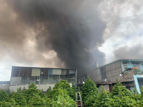 Cháy lớn ở quận Thủ Đức, khói đen bốc cao hàng chục mét ảnh 8