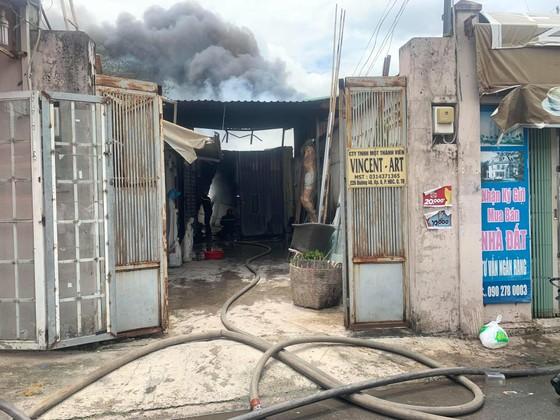 Cháy lớn ở quận Thủ Đức, khói đen bốc cao hàng chục mét ảnh 2