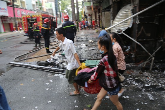 Giải cứu người phụ nữ mang thai mắc kẹt trong căn nhà bốc cháy dữ dội ảnh 2