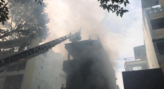 Giải cứu người phụ nữ mang thai mắc kẹt trong căn nhà bốc cháy dữ dội ảnh 1