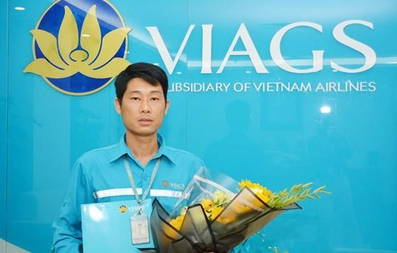 Bộ trưởng gửi thư khen nhân viên sân bay trả lại khách 1,1 tỷ đồng bỏ quên ảnh 1