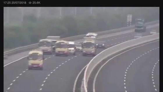 Yêu cầu xử lý nghiêm tài xế cho 3 xe khách dàn hàng ngang trên cao tốc ảnh 1