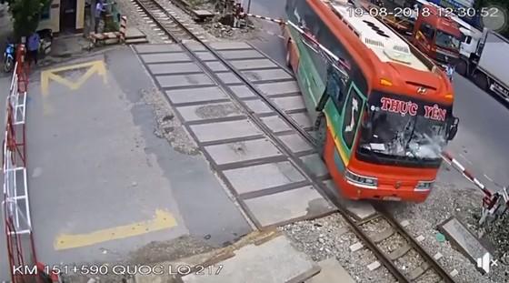 Xe khách suýt đâm tàu hỏa khi đâm xuyên rào chắn ảnh 2