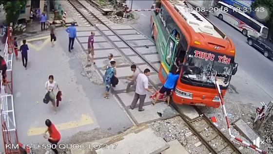 Xe khách suýt đâm tàu hỏa khi đâm xuyên rào chắn ảnh 3