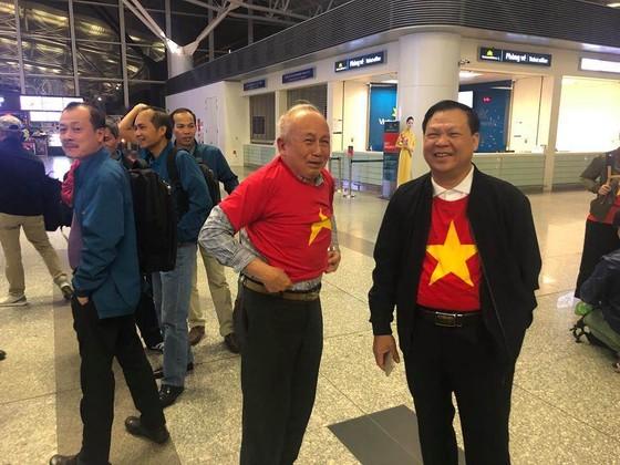 Hàng trăm CĐV bay sang Dubai cổ vũ đội tuyển Việt Nam trong trận tứ kết Asian Cup 2019 ảnh 4