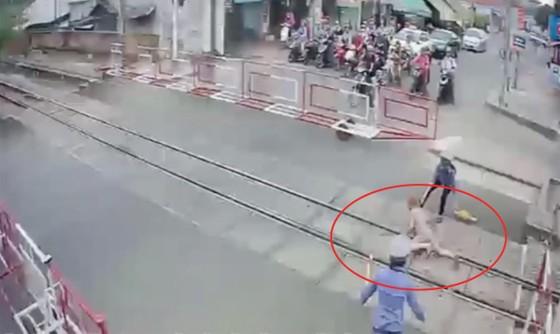 Lãnh đạo đường sắt khen ngợi 2 nữ nhân viên cứu bà cụ thoát chết khi cố tình vượt rào chắn  ảnh 1
