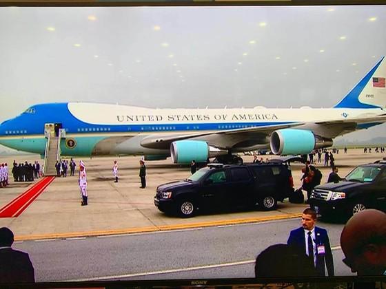 Air Force One chở Tổng thống Donald Trump đã cất cánh ảnh 1