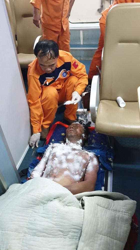 Cứu thuyền trưởng bị bỏng nặng trên biển ảnh 1