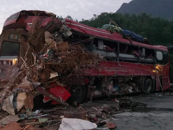 Xe khách đấu đầu xe tải, 37 người thương vong tại Hòa Bình ảnh 1