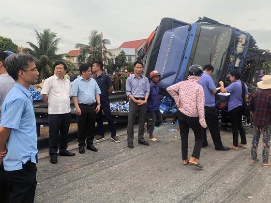 Đang đứng xem tai nạn, 5 người bị xe tải đè chết ảnh 2
