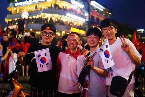 Dù thua, cổ động viên tự hào cùng Olympic Việt Nam ảnh 9