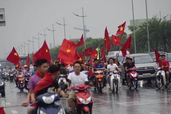 Hàng ngàn người hâm mộ đổ ra đường đón Đoàn thể thao Việt Nam ảnh 32