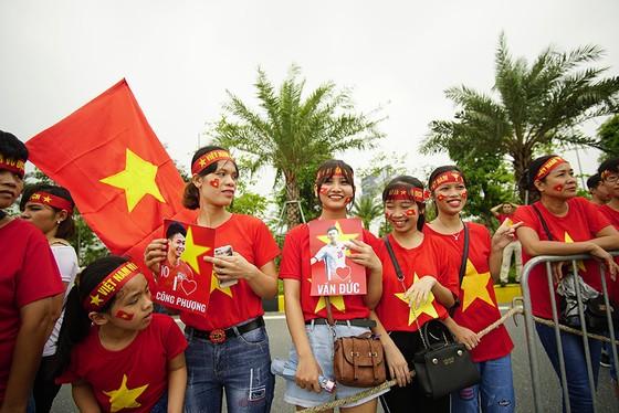 Hàng ngàn người hâm mộ đổ ra đường đón Đoàn thể thao Việt Nam ảnh 22
