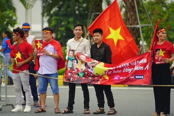 Hàng ngàn người hâm mộ đổ ra đường đón Đoàn thể thao Việt Nam ảnh 24