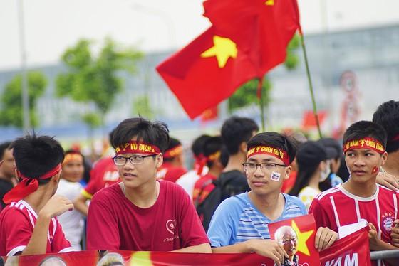 Hàng ngàn người hâm mộ đổ ra đường đón Đoàn thể thao Việt Nam ảnh 28